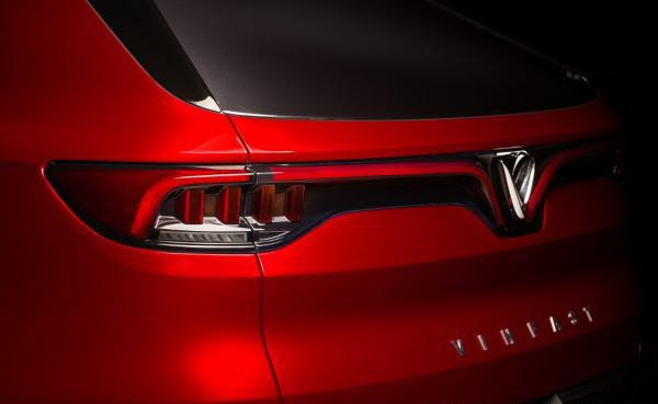 """Đuôi xe thiết kế hiện đại với cụm đèn LED kéo dài sắc sảo, hài hòa với logo chữ """"V""""."""
